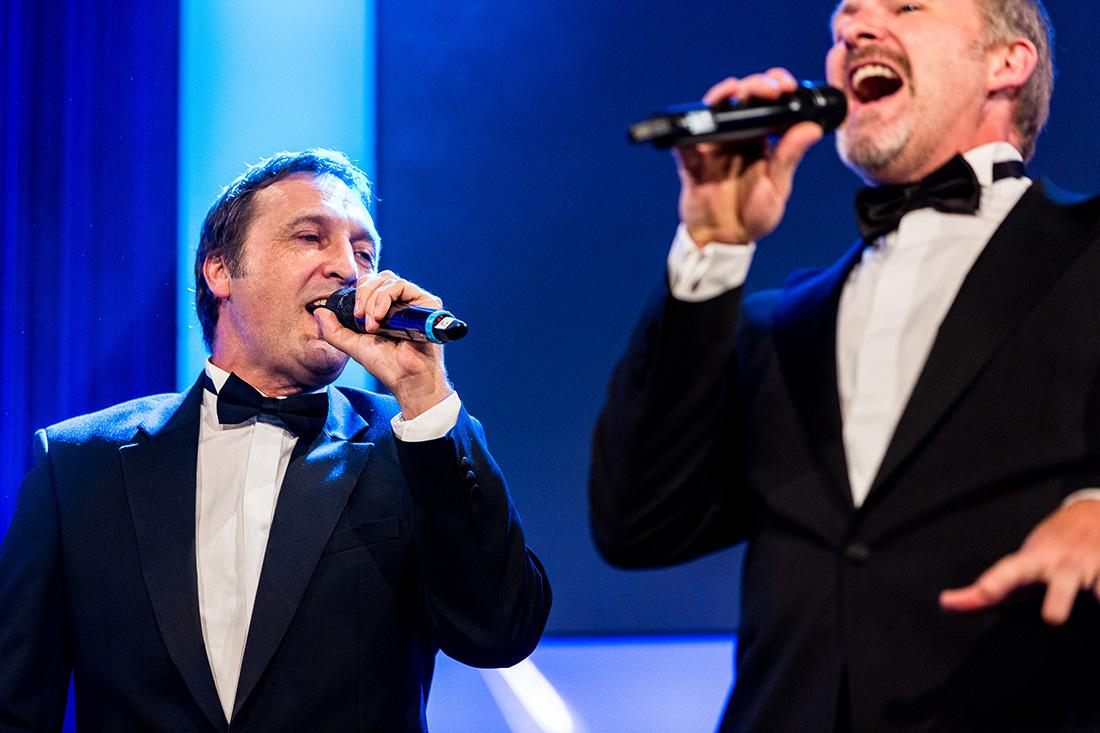 Sänger auf Bühne Foto